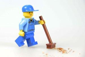 Ilustrasi lego sedang membersihkan