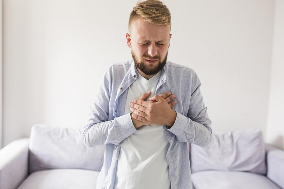 Ilustrasi panas dan sakit pada dada bagian tengah